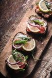 Sandwiches met zalm, haringen, citroen op de Deense diagonaal Royalty-vrije Stock Foto