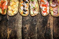 Sandwiches met zalm, kaas, paddestoelen en verse groenten Royalty-vrije Stock Afbeeldingen