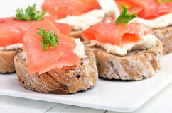 Sandwiches met zalm op witte plaat Stock Afbeeldingen