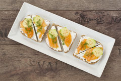 Sandwiches met zalm, ricotta, dille en komkommer Stock Afbeelding