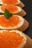 Sandwiches met Zalm rode kaviaar Royalty-vrije Stock Foto's