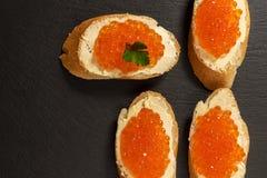 Sandwiches met Zalm rode kaviaar Stock Afbeeldingen