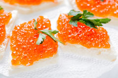 Sandwiches met zalm rode kaviaar en kruiden op wit servet Sluit omhoog beeld met selectieve nadruk Royalty-vrije Stock Foto
