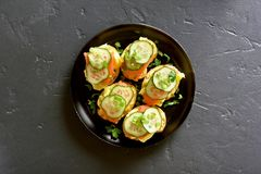 Sandwiches met zalm, roereieren en komkommer Royalty-vrije Stock Fotografie