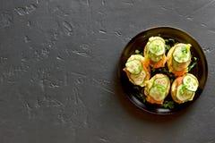 Sandwiches met zalm, roereieren en komkommer Stock Foto's