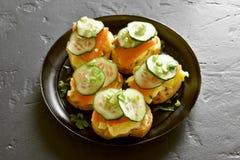 Sandwiches met zalm, roereieren en komkommer Royalty-vrije Stock Foto's