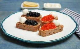Sandwiches met zwarte en rode kaviaar Royalty-vrije Stock Afbeeldingen