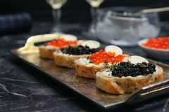 Sandwiches met zwarte en rode kaviaar Stock Foto's
