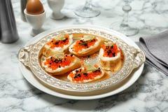 Sandwiches met zwarte en rode kaviaar Stock Fotografie