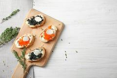 Sandwiches met zwarte en rode kaviaar Royalty-vrije Stock Fotografie