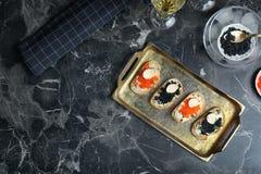 Sandwiches met zwarte en rode kaviaar Stock Foto