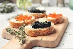Sandwiches met zwarte en rode kaviaar Royalty-vrije Stock Afbeelding