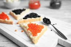 Sandwiches met zwarte en rode kaviaar Royalty-vrije Stock Foto's