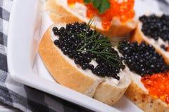 Sandwiches met zwarte en rode kaviaar stock afbeeldingen