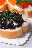 Sandwiches met zwarte en rode kaviaarverticaal stock foto
