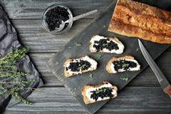 Sandwiches met zwarte kaviaar en boter Stock Afbeeldingen