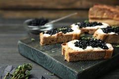 Sandwiches met zwarte kaviaar en boter Stock Foto's