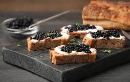 Sandwiches met zwarte kaviaar en boter Royalty-vrije Stock Afbeeldingen