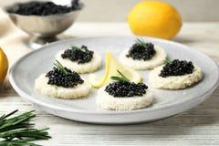 Sandwiches met zwarte kaviaar en citroenplak Royalty-vrije Stock Foto