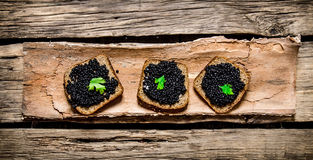 Sandwiches met zwarte kaviaar en greens Stock Foto