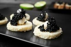 Sandwiches met zwarte kaviaar en kaas Stock Afbeelding