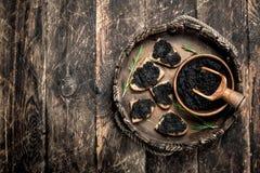 Sandwiches met zwarte kaviaar op het oude dienblad Royalty-vrije Stock Fotografie