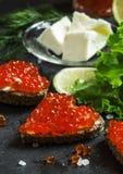 Sandwiches met zwarte roggebrood, boter en rode zalmkaviaar  royalty-vrije stock afbeeldingen