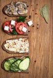 Sandwiches op houten dienende raad, hoogste mening, exemplaarruimte Variet Royalty-vrije Stock Afbeelding