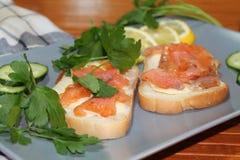 Sandwiches van wit brood met rode vissen en boter Stock Foto's