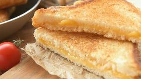 Sandwiches voor ontbijt met mozarella stock videobeelden