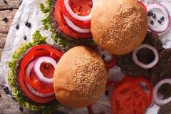 Sandwiches: zwarte boonburgers en verse groentenclose-up Ho stock foto