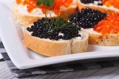 Sandwiches zwarte en rode kaviaar op een plaat royalty-vrije stock foto
