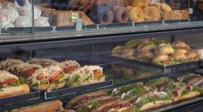Sandwichesverscheidenheid en snoepjes op een vertoning van het opslagglas royalty-vrije stock foto's