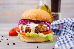 Sandwichhamburger met sappige burgers Stock Afbeeldingen