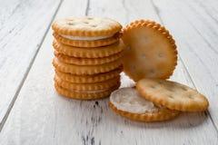 Sandwichkoekjes met het witte room vullen op wit hout Royalty-vrije Stock Fotografie