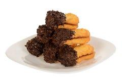 Sandwichkoekjes, ovale die koekjes met chocoladeroom worden gevuld stock foto's