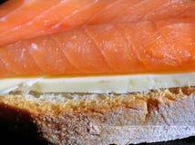 Sandwichnahaufnahme der geräucherten Lachse Lizenzfreies Stockfoto