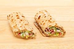 Sandwichomslagen op een raad Stock Fotografie