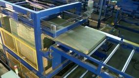 Sandwichpaneel die apparaat produceren op het werk stock footage