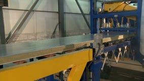 Sandwichpaneel die machine produceren op het werk stock video