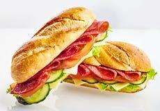 Sandwichs à baguette avec de la viande, fromage, légumes Images stock