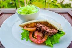 Sandwichs à boeuf et salade végétale photo stock