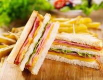 Sandwichs à club avec des pommes frites Photos stock