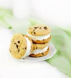 Sandwichs à crême de biscuit de puce de chocolat et glacée Images libres de droits