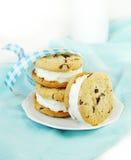 Sandwichs à crême de biscuit de puce de chocolat et glacée photo libre de droits