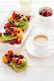 Sandwichs à dessert d'expresso et de fruit avec du fromage de ricotta, le kiwi, l'abricot, la fraise, la myrtille et la groseille image stock