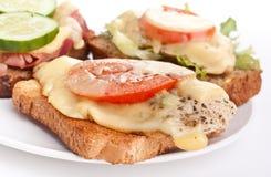 Sandwichs à fonte de poulet, de jambon et de tomate Image stock