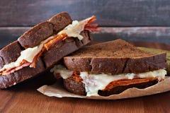 Sandwichs à Reuben empilés avec le fond en bois rustique Image stock
