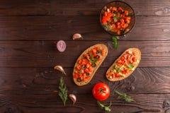 Sandwichs à salade, salade de tomate avec des olives et concombre verdure photos stock