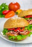 Sandwichs au jambon sains avec des légumes sur le fond images libres de droits